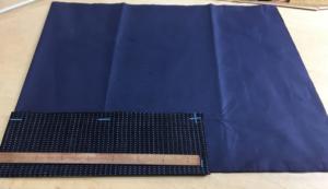 袖裏は袖口布を乗せて、袖口布は袖口より4㎝長く取る、裏の袖口の印は1.5mm長く袖口布は表と同じ26.5㎝袖丈は表より2mm短く布の性質によって変えたりする。詰まる生地と詰まらない生地など・・・続く