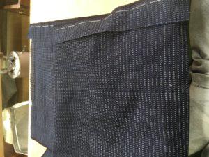 細い布の部分が袖幅足りない分、今回はアンサンブルでしたので羽織の襟の中から着物の袖口布と袖幅足し布分取りました。画像は足し布仮縫いミシンで縫った方が綺麗だと思います。手で縫う時もありますが。
