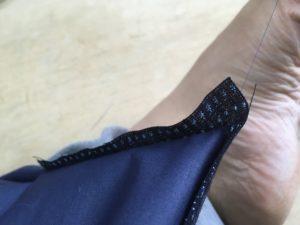 縫ってきた糸を足に引っかけて、袖口布を180度回転